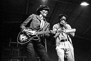 Moses 'Whispering' Smith on stage with Lightnin' Slim