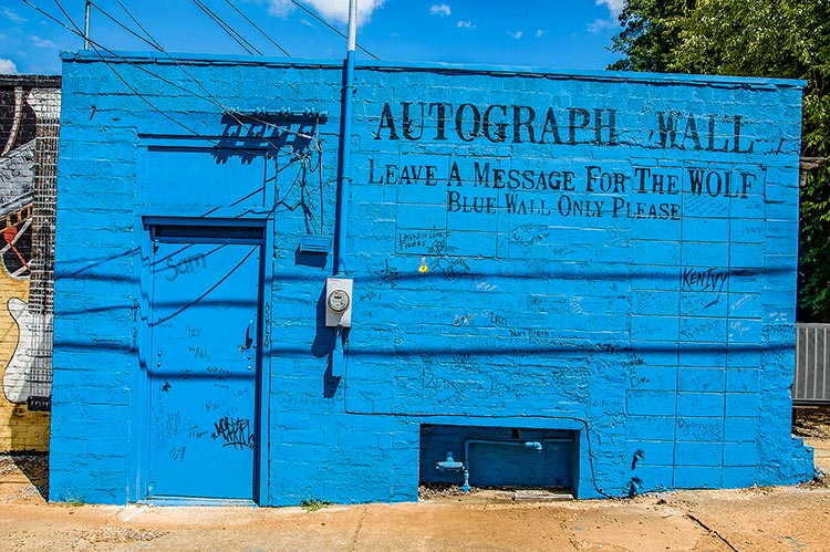 Autograph Wall, Leave a message for the Wolf, West Point, Ms